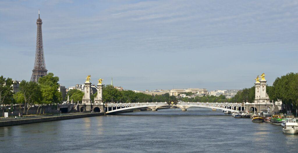 Pont Alexandre III devasa heykelleriyle ideal bir nokta.