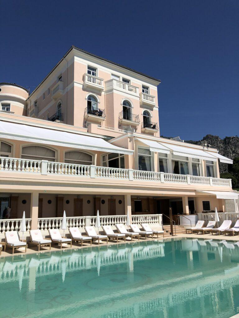Hotel La Reserve de Beaulieu'nün havuz kenarı