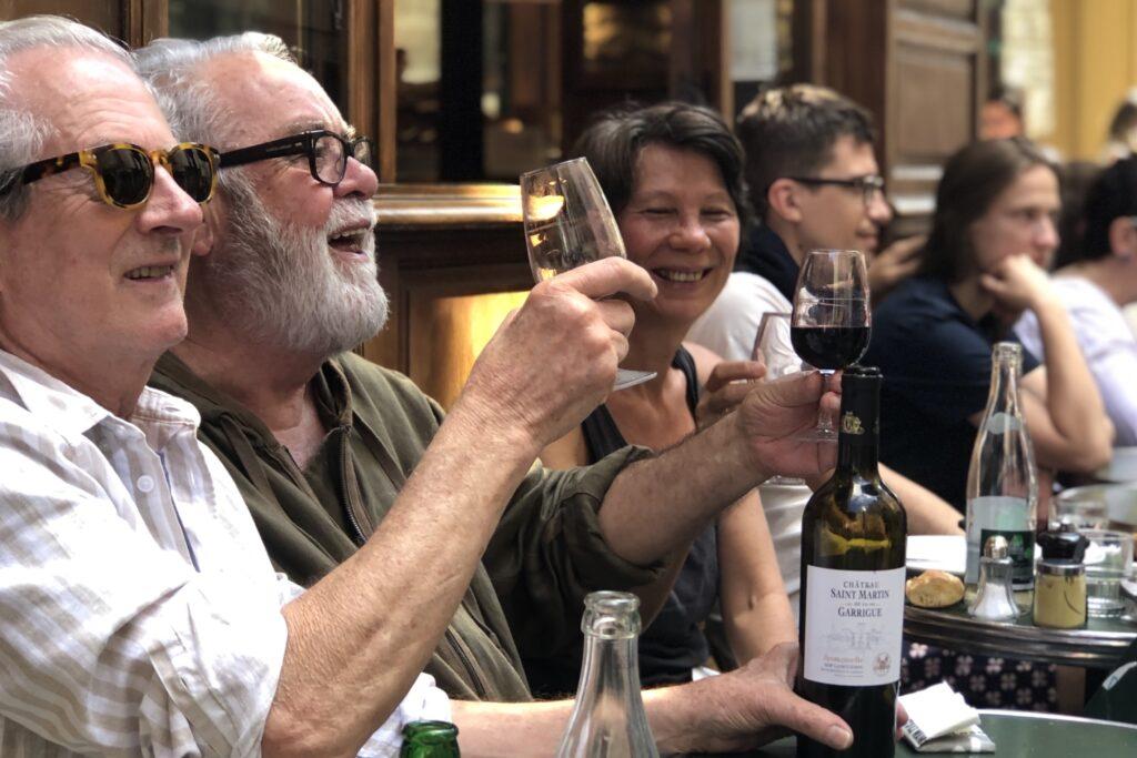 Les Philosophes'da sıradan bir gün, neşeli ve mutlu insanlar!